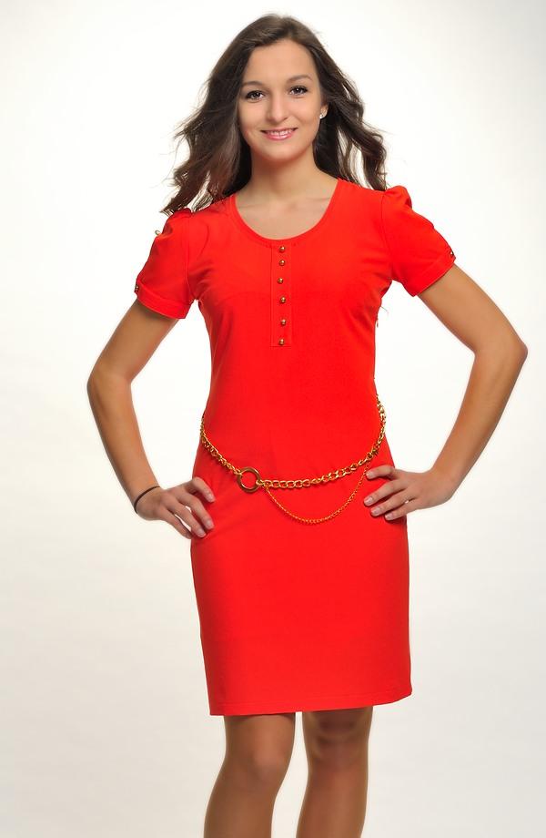 Šaty jsou vhodné na maturitu a další společenské akce. e5aeaa46b31