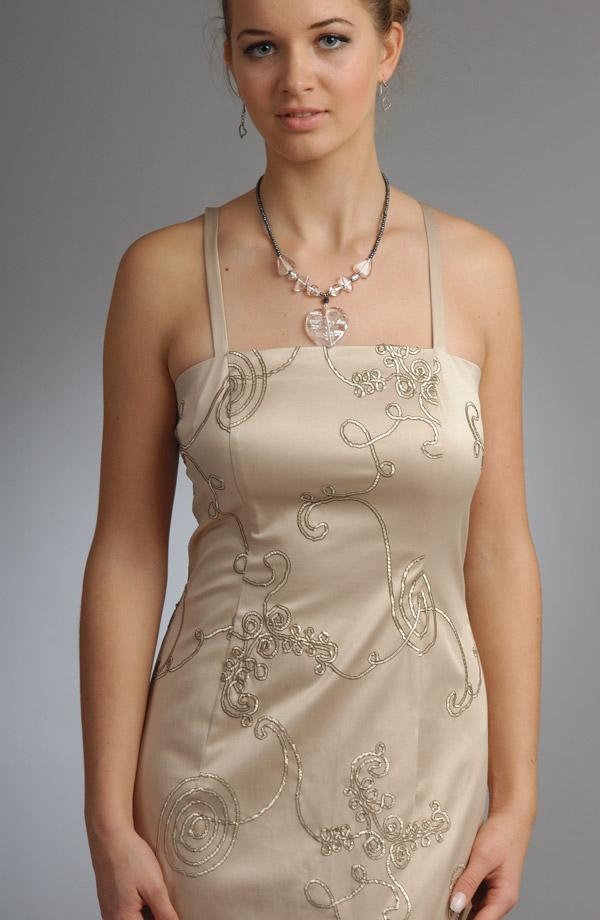 Zapínání vzadu na Střihově puritánsky jednoduché úzké svatební šaty se  zajímavým materíálovým efektem našitých šnůrek. 1a55525eee9