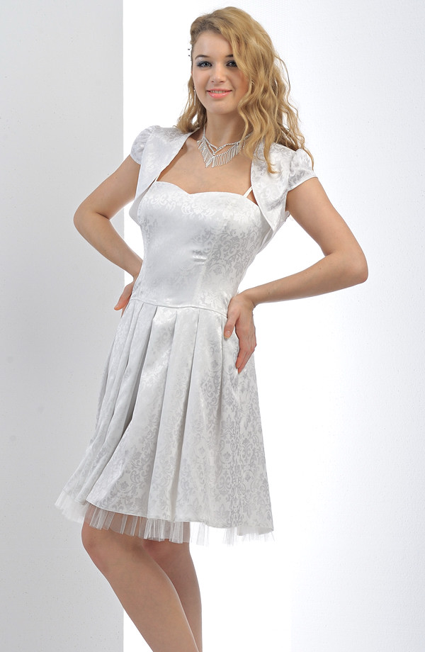76c15a6e23b Krátké bílé společenské šaty se skládanou sukní lze doplnit bolerkem.