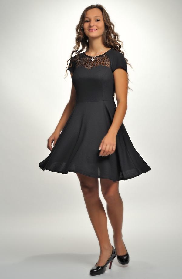7a6bec34d742 Černé dívčí šaty do tanečních s krajkovým sedlem.