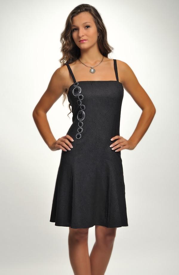 Černé dívčí taneční šaty z mačkaného materiálu s výraznou aplikací ... be2b13ca20
