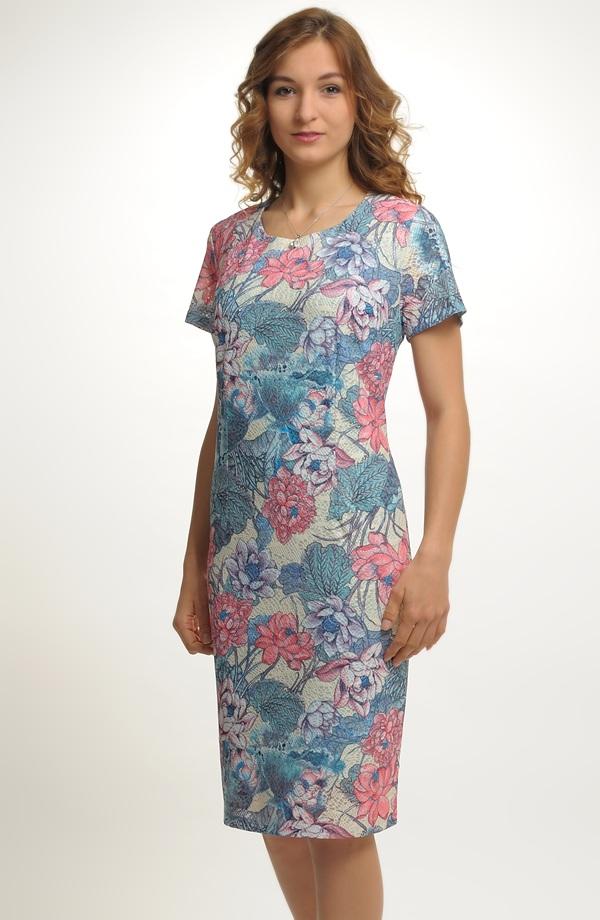 9becd21c0d23 Lehké společenské šaty na léto s potiskem drobných květů ...