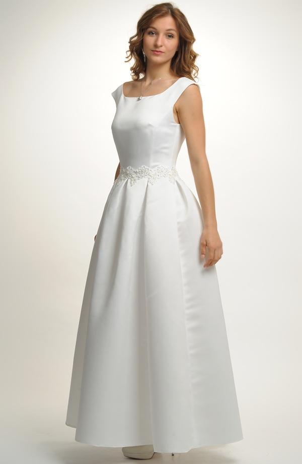 Dlouhé svatební šaty zdobené sklady na sukni a stažené portou ... 4c4398ac86