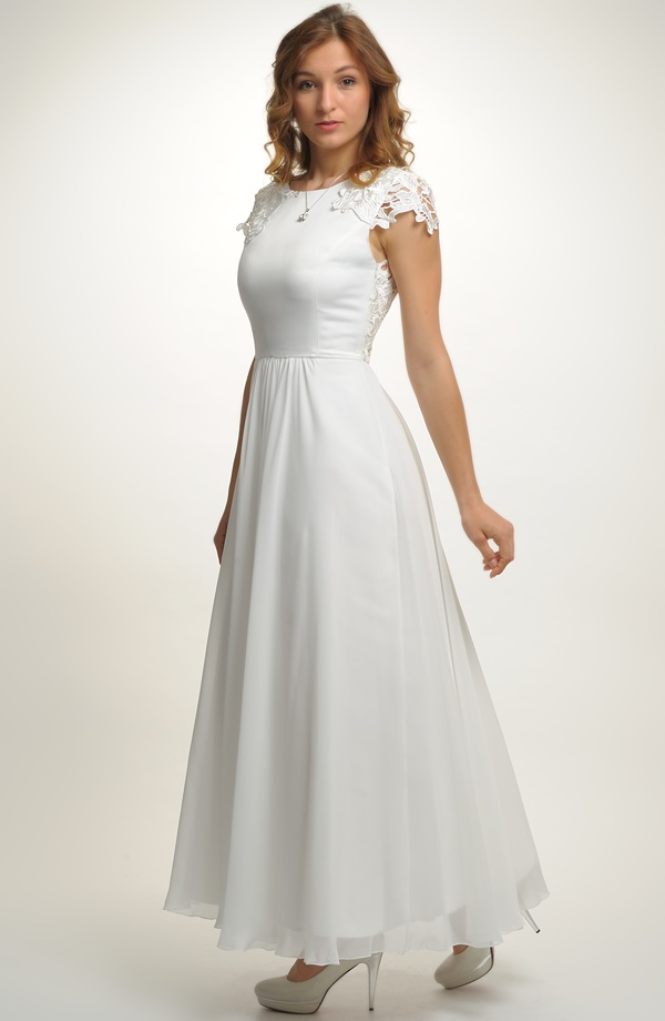 96eb6cd2fb1 Bílé svatební šaty zdobené náročnou krajkou ...