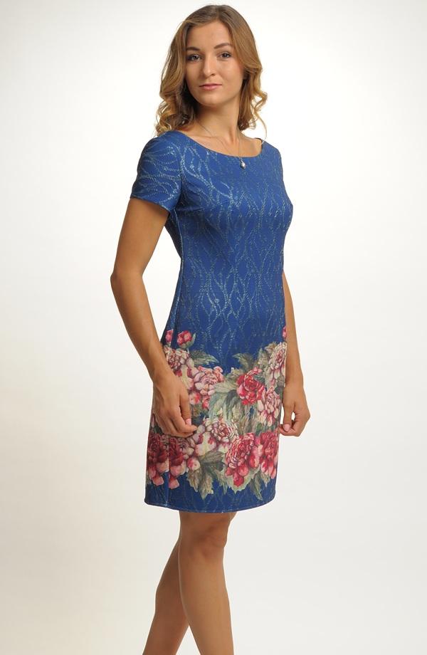 5fc9c9a62be Velmi slušivé jednoduché elegantní šaty do společnosti