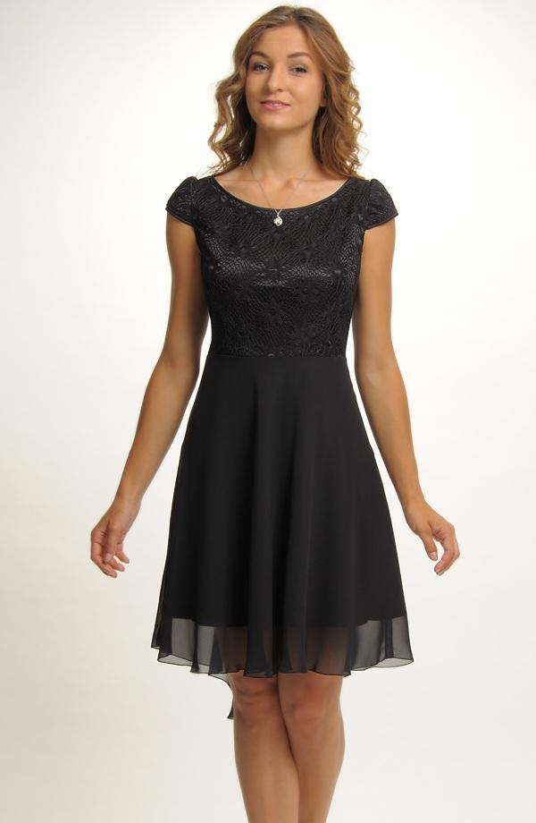 Elegantní černé koktejlové šaty z elastické krajky a lehké tkaniny 8320a77857