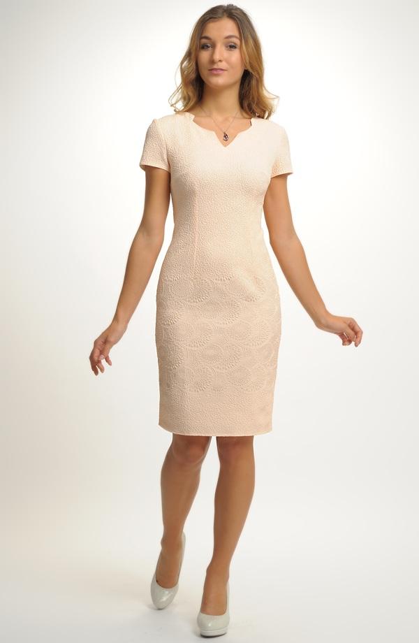 af7e858f7f7f Dámské šaty v jednoduché úzké linii