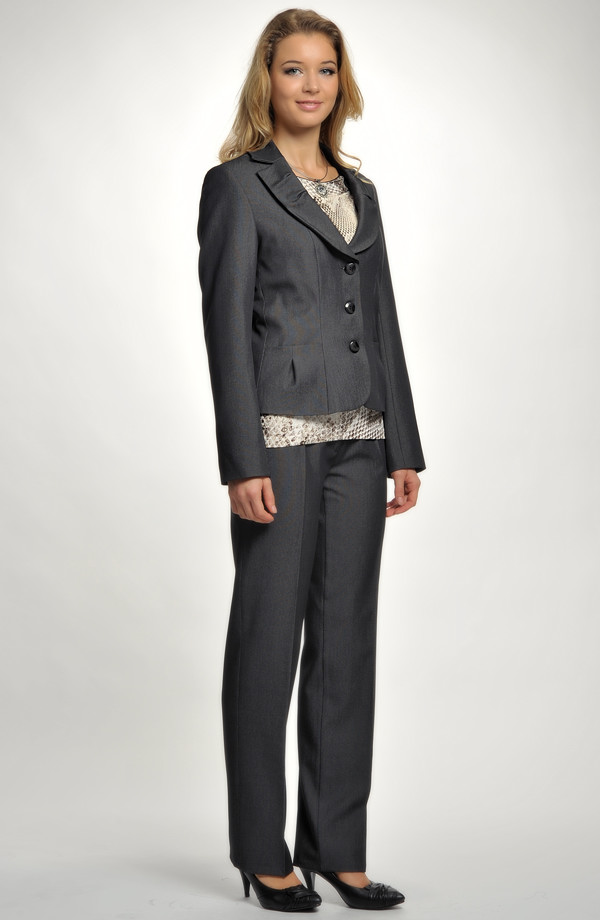 ... recepce Kalhotový kostýmek je vhodný do zaměstnání 2f8a72a4668