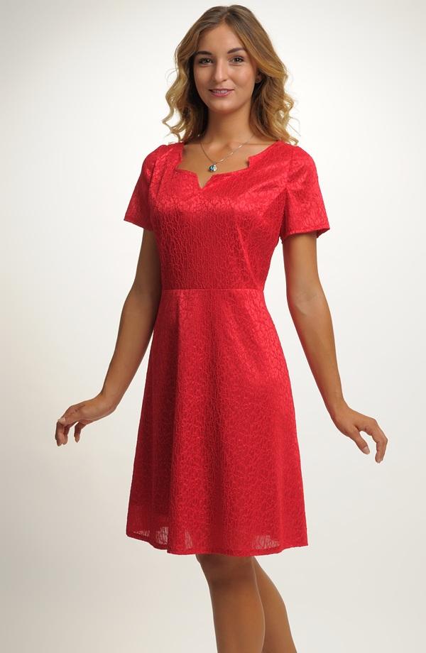 0aaabf37a189 Dívčí krátké červené šaty s malými rukávky ...