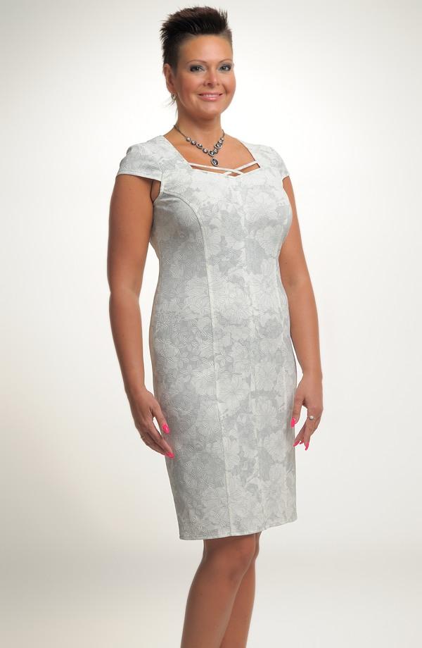 1829ca24c87 Elegantní dámské koktejlové šaty zdobí efektní členění ...