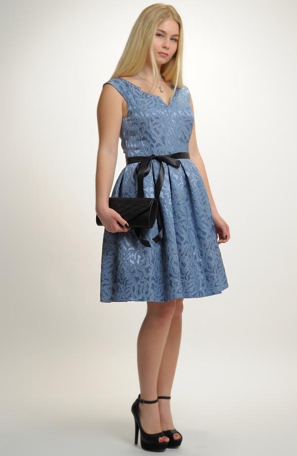 Dívčí šaty vhodné na svatbu i na taneční kurzy pro středoškoláky. d9e7c1c4fe