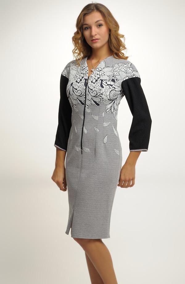 1bb90dea3fd5 Dámské šaty v jednoduché úzké linii Dámské šaty v jednoduché úzké linii ...