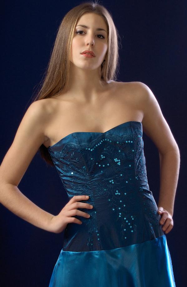 Korzetové šaty s bohatou nadýchanou kolovou sukní  88dda8eea2