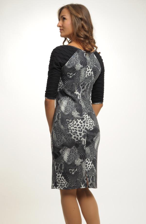e691f36be ... Pletené dámské elegantní šaty do práce v kombinaci materiálů