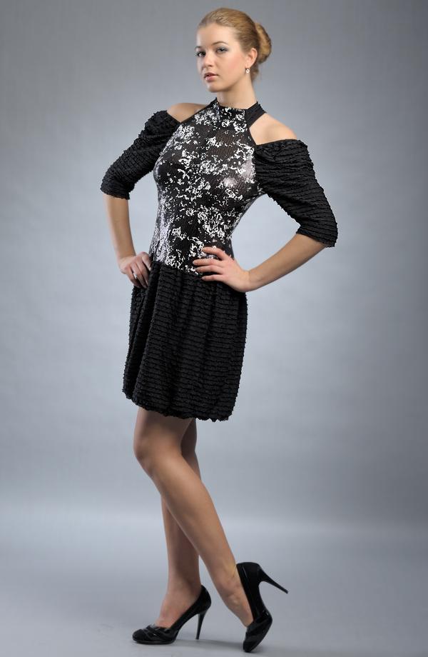 Extravagantní černobílé krátké dívčí šaty. ea1cf6a1cc