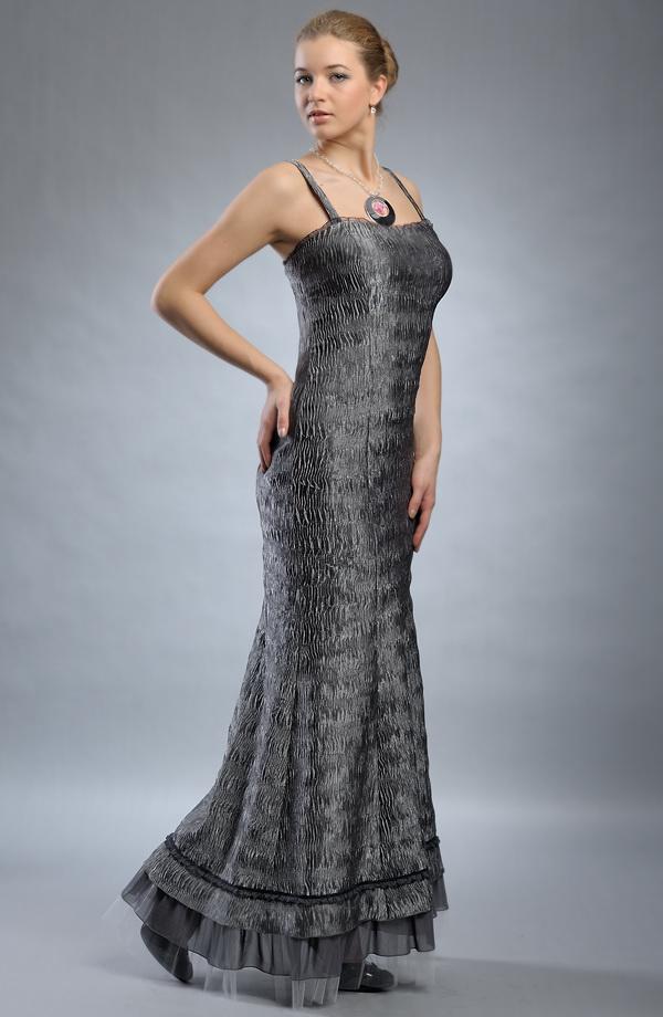 Velikosti 36 a 38 Dlouhé stříbrné plesové společenské šaty z krešovaného  materiálu. 26584f7419