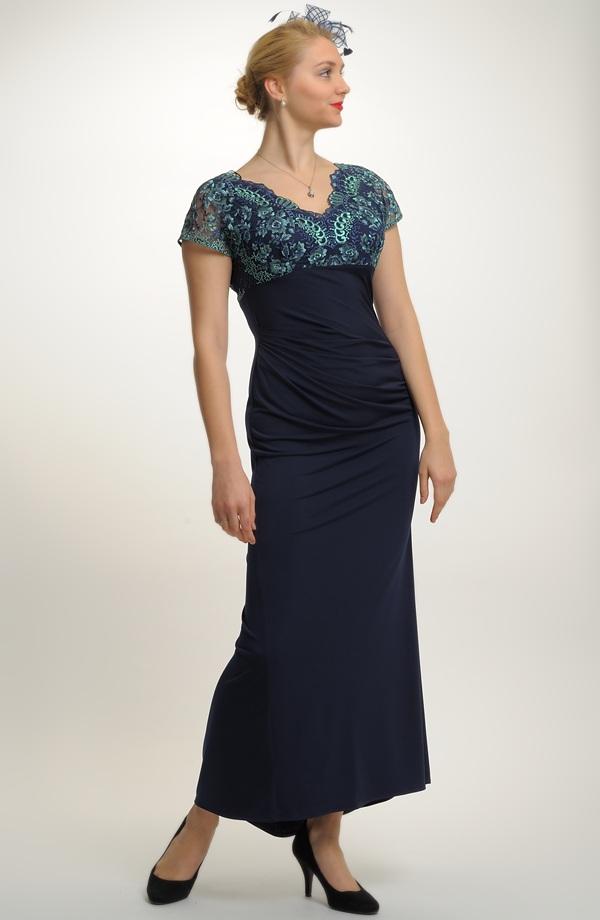 Šaty na ples zdobené vyšívanou krajkou  d718338d4b1