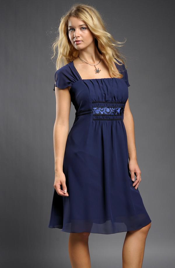 Velikosti 46 Krátké společenské šaty pro plnoštíhlé s řasením na předním a  zadním středovém dílu. 1b8f2a3029