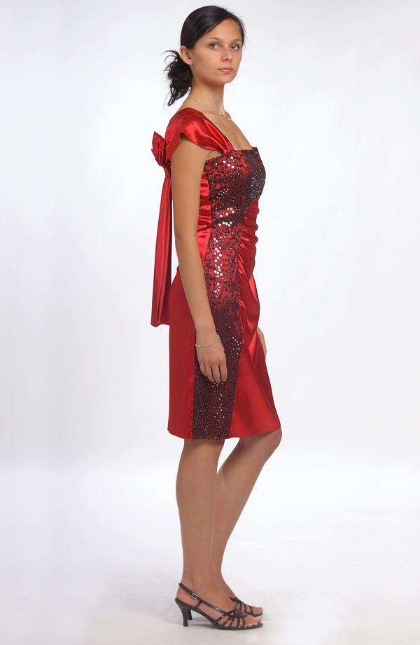274bfbc75c58 Dívčí červené šaty do tanečních s efektní mašlí na ramínku.