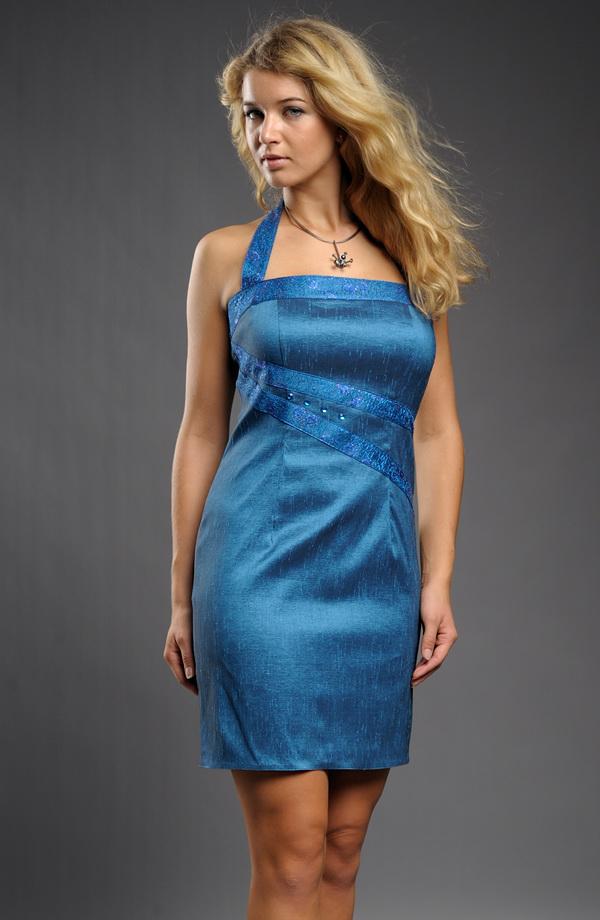 Dámské krátké večerní šaty s ozdobnými pruhy a elegantním ramínkem za krk 60440f051e