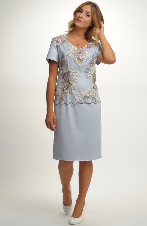 43cf703c1b7 Dámské elegantní šaty pokryté luxusní vyšívanou krajkou ...