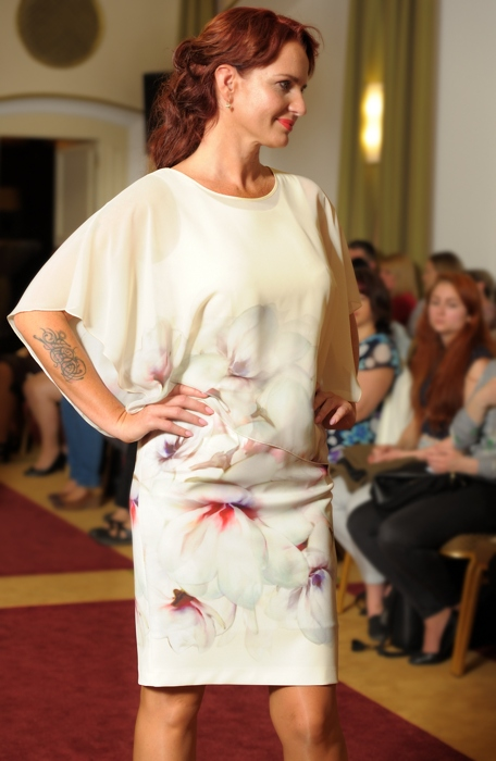 Luxusní společenské dámské šaty s přehozem  e8c32ce4fb